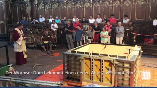 Der Wormser Dom bekommt einen neuen Altar