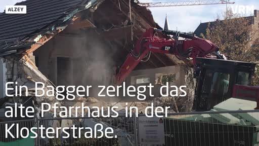 Alzey: Bagger zerlegt das alte Pfarrhaus